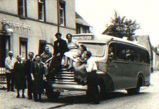 Historie - Karl Sommer und andere auf Bus